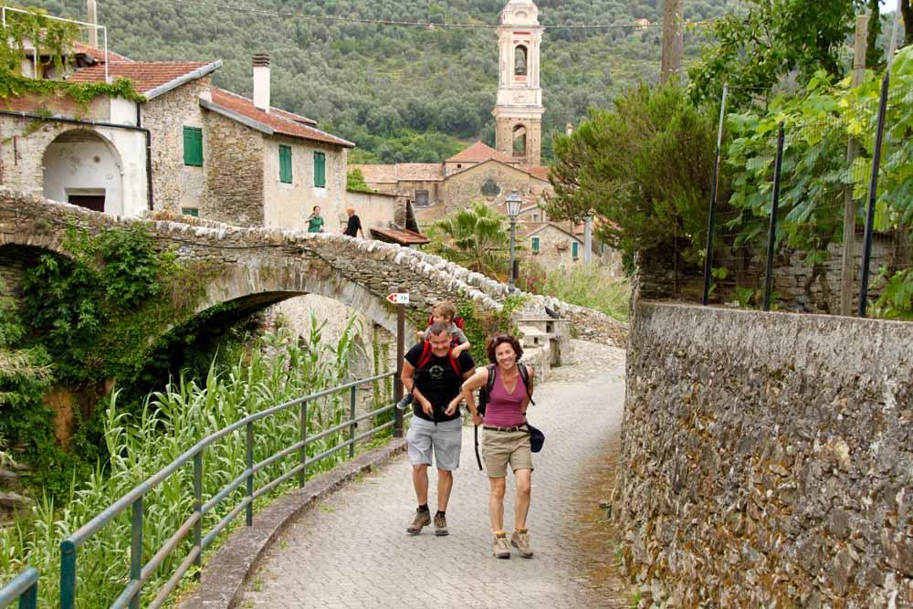 Hier, zwischen den Gassen mittelalterlicher Ortschaften, den Gebäuden, Burgen und Festungen wunderschöner Dörfer, taucht der Besucher in die Vergangenheit ein.